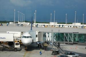 Aknatagune suur lennuk ja taamal paistvad tumedad pilved