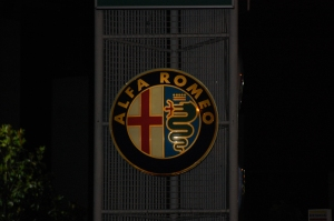 Alfa Romeo keskuse silt