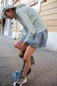 Mac tänavaääres teksasid jalga sikutamas