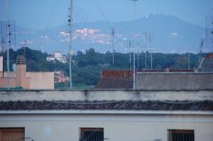 Mägi ja tuledes küla mäeküljel, linnast väljas