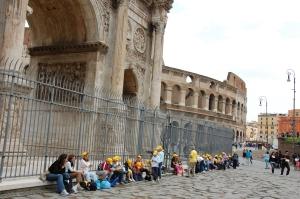 Colosseumi teine külg (ja kollaste nokamütsidega noortegrupp seal ees)